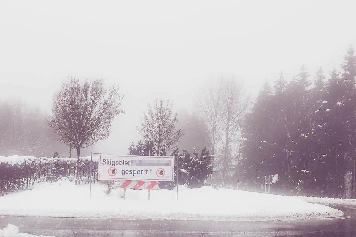 Schild: Skigebiet gesperrt