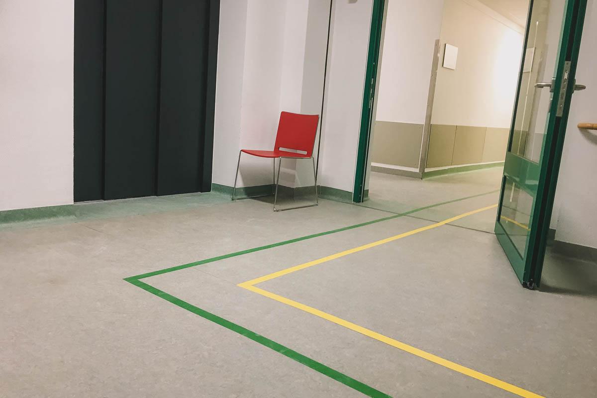 krankenhaus-Flur: der gelben Linie folgen