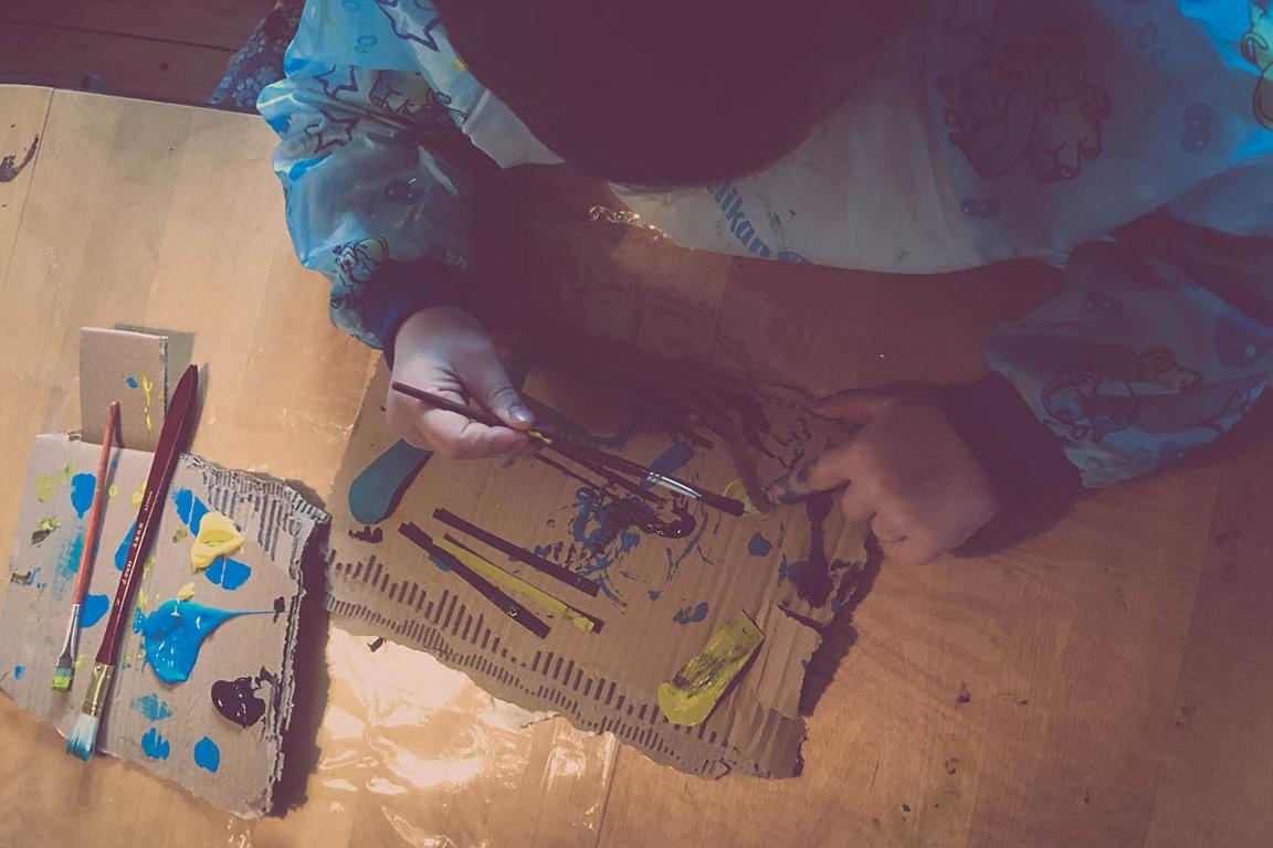 Beschäftigung in der Quarantäne: mit Acrylfarbenmalen