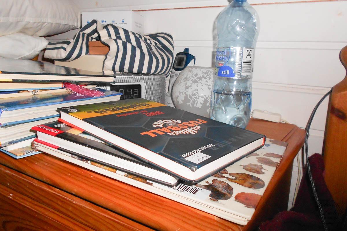 Bücherstapel auf dem Nachttisch