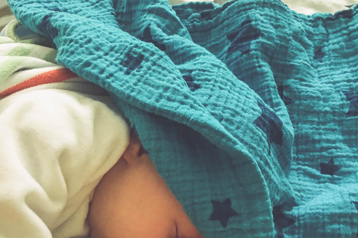 Baby stillen und auf etwas Schlaf hoffen