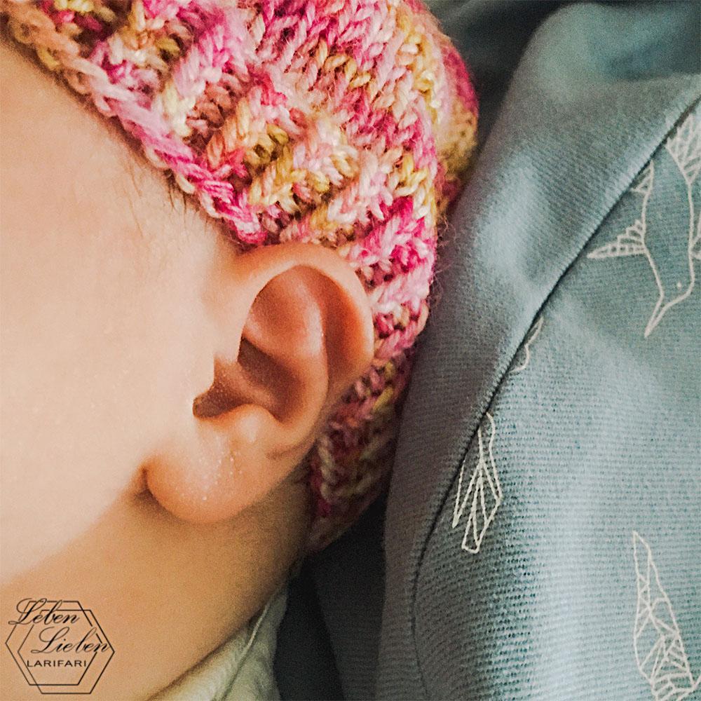 Bild vom Babyohr mit Mütze