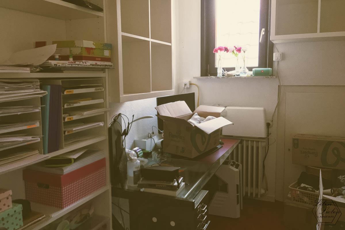 Winziges Büro vollgestellt