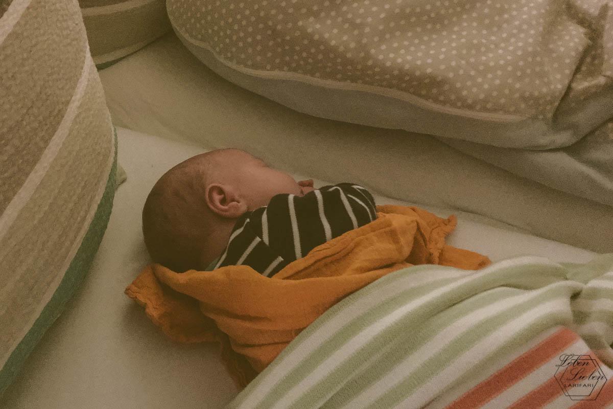 Baby liegt im Bett